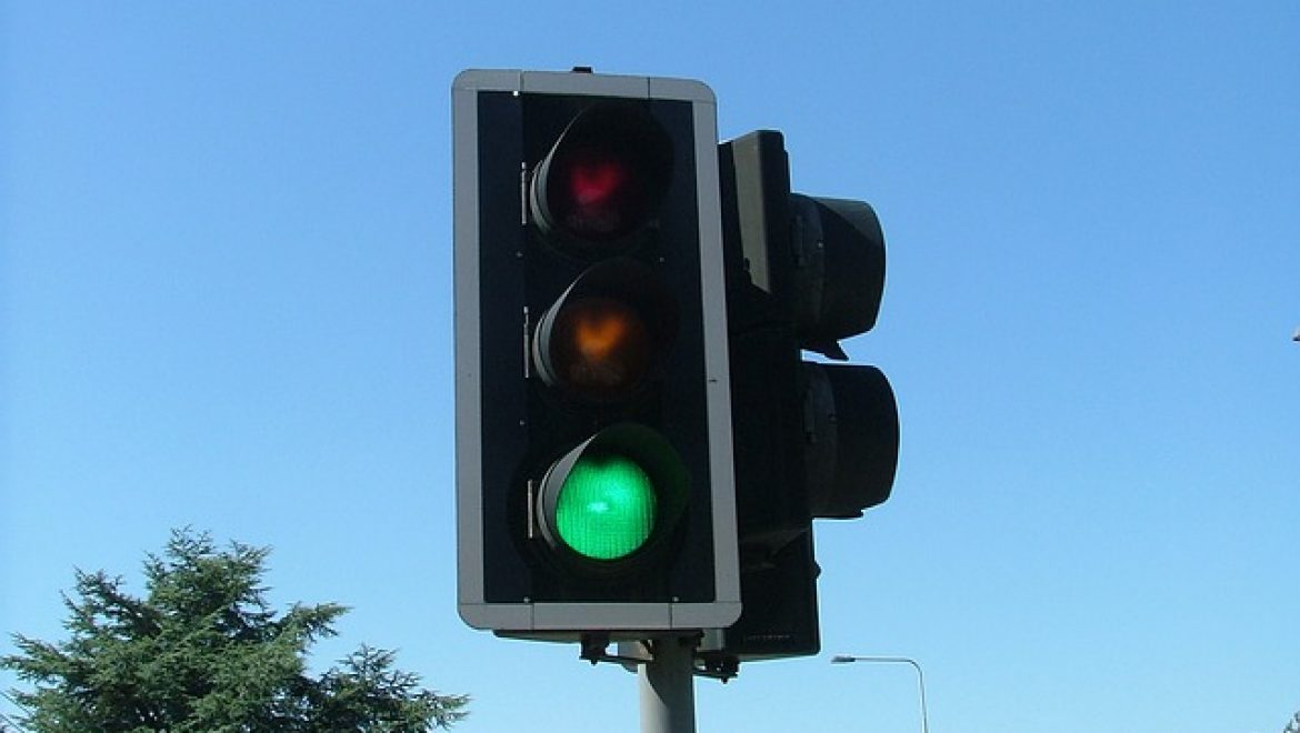 Poll: 1 in 3 drivers unaware light has turned green
